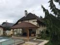 Rénovation tuiles béton avec RENOVcolor (toiture de l'abris en terre cuite naturelle)