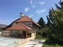 Rénovation tuiles béton avec RENOVcolor vieille tuiles, uniformisation de la toiture principale en tuiles béton-ciment avec la toiture de l'abris en terre-cuite naturelle.